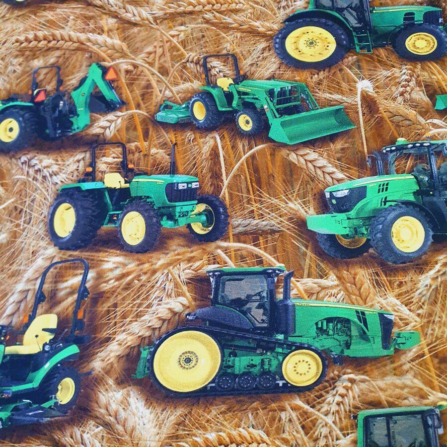 Traktori uz vārpām plānā kokvilnas trikotāža