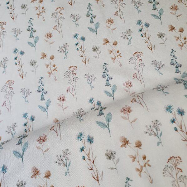 Mazie akvareļu pļavas ziedi uz pienbalta fona
