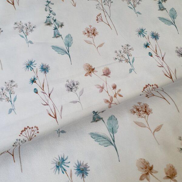 Lielie akvareļu pļavas ziedi uz pienbalta fona