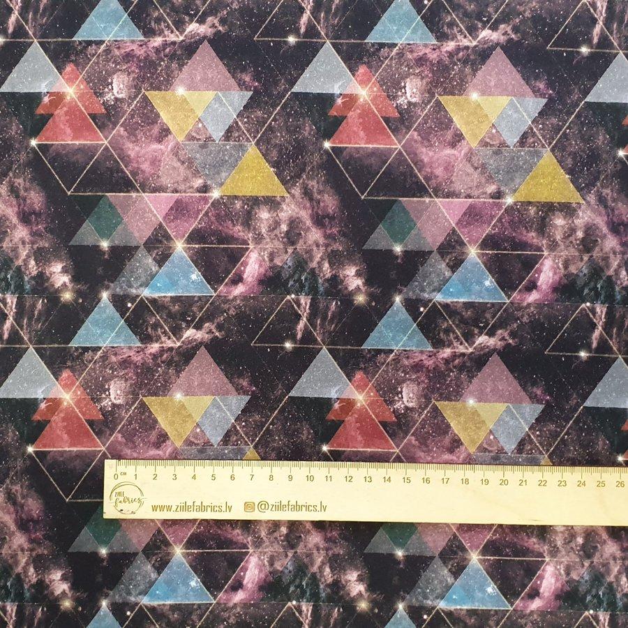 Trijstūri ar galaktiku fonu plānā kokvilnas trikotāža